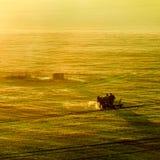 De herfstgebied met wagen royalty-vrije stock fotografie