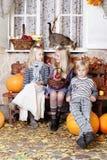 De herfstjonge geitjes met pompoen royalty-vrije stock foto