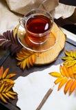 De herfstkader met bladeren en oud document Royalty-vrije Stock Fotografie