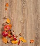 De herfstkader van bladeren op houten achtergrond Royalty-vrije Stock Foto's