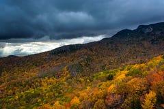 De herfstkleur en mening van Grootvaderberg en Linn Cove Viad royalty-vrije stock afbeeldingen