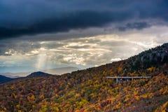 De herfstkleur en mening van Linn Cove Viaduct van Ruwe Rand,  royalty-vrije stock foto's