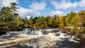 De herfstkleuren bij de watervallen op de Rivier Affric stock fotografie