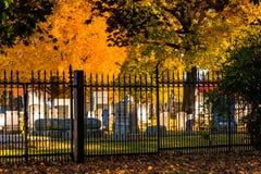 De herfstkleuren en een omheining bij de Nationale Begraafplaats van Gettysburg stock foto's