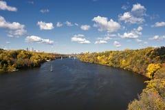 De herfstkleuren langs de Rivier van de Mississippi, de horizon van Minneapolis in de afstand. stock foto's