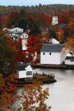 De herfstkleuren over een kleine stad Royalty-vrije Stock Foto