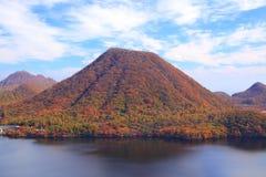 De herfstkleuren van Berg en meer Stock Foto
