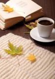 De herfstkoffie en gedichten stock foto