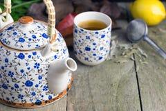 De herfstkop thee met theepot op een rustieke lijst stock fotografie