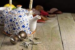 De herfstkop thee op een rustieke lijst stock afbeeldingen