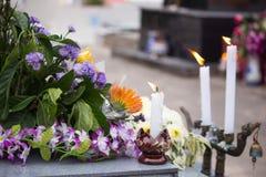 De herfstkroon met witte kaarsen en bloemen, Thailand royalty-vrije stock foto