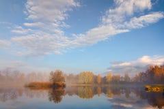 De herfstlandschap en mistig meer Royalty-vrije Stock Afbeeldingen