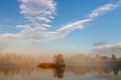 De herfstlandschap en mistig meer Stock Fotografie