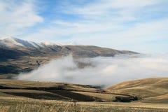 De herfstlandschap, gebieden en weiden, snow-capped bergen en heuvels van Armenië stock afbeeldingen