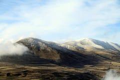De herfstlandschap, gebieden en weiden, snow-capped bergen en heuvels van Armenië stock foto's