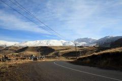 De herfstlandschap, gebieden en weiden, snow-capped bergen en heuvels van Armenië stock fotografie