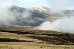 De herfstlandschap, gebieden en weiden, snow-capped bergen en heuvels van Armenië stock afbeelding