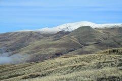 De herfstlandschap, gebieden en weiden, snow-capped bergen en heuvels van Armenië royalty-vrije stock fotografie