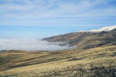 De herfstlandschap, gebieden en weiden, snow-capped bergen en heuvels van Armenië royalty-vrije stock foto's