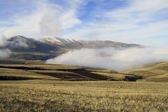 De herfstlandschap, gebieden en weiden, snow-capped bergen en heuvels van Armenië royalty-vrije stock afbeeldingen