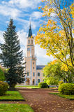 De herfstlandschap in het park voor Stadhuis in Sillamae royalty-vrije stock afbeelding