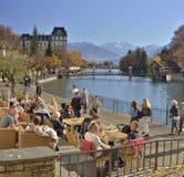De herfstlandschap met Aare-meer en de bergen van Alpen van in Thun zwitserland Royalty-vrije Stock Foto