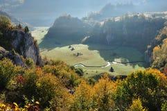 De herfstlandschap met een kleine het kronkelen waterstroom Stock Foto