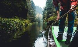 De herfstlandschap met een mens en een boot Royalty-vrije Stock Foto