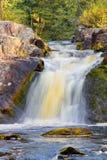 De herfstlandschap met een waterval Stock Afbeeldingen