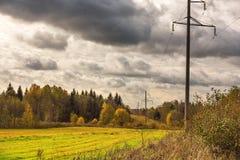 De herfstlandschap met gebied, hemel, pijlers van machtslijnen Royalty-vrije Stock Foto