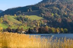 De herfstlandschap met gemeente in Hoger Beieren dichtbij bergmeer stock afbeeldingen