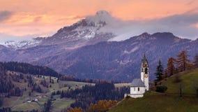 De herfstlandschap met heldere kleuren bij Dolomiet, Itali? stock foto