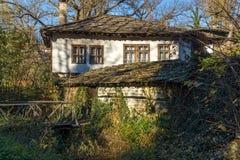 De herfstlandschap met houten Brug en oud huis in dorp van Bozhentsi, Bulgarije Royalty-vrije Stock Afbeeldingen