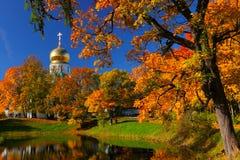 De herfstlandschap met kerk Stock Foto