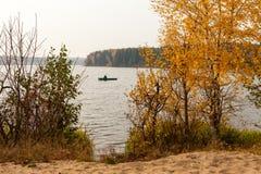 De herfstlandschap met visser Stock Foto