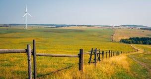 De herfstlandschap met windenergieinstallatie royalty-vrije stock foto's