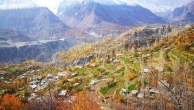 De herfstlandschap van landelijk dorp in vallei van Karakorum-waaier in het Noorden van Pakistan stock afbeeldingen