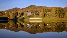De herfstlandschap in water wordt weerspiegeld dat Royalty-vrije Stock Foto's