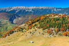 De herfstlandschap, Zarnesti-kloof en de bergen van Piatra Craiului, Transsylvanië, Roemenië Royalty-vrije Stock Foto's