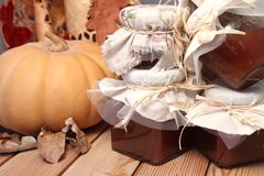 De herfstlijst, pompoen, en jampotten op een houten oppervlakte Stock Afbeeldingen