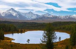 De herfstmeer in bergen Altai Rusland Stock Afbeeldingen