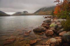 De herfstmeer in de bergen stock fotografie