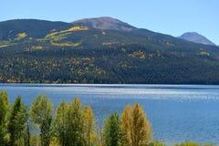 De herfstmeer en bergen stock afbeelding