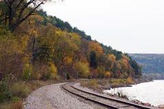 De herfstmening die onderaan de treinsporen kijken royalty-vrije stock afbeelding