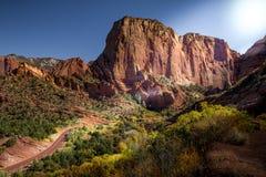 De herfstmening van Kolob-Canion, een deel van Zion National Park in Utah, en rode weg die tot het vooruitzichtpunt kronkelen stock afbeeldingen
