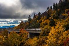 De herfstmening van Linn Cove Viaduct, op Blauw Ridge Parkway royalty-vrije stock afbeeldingen