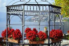 De herfstmening van Verkoop Marasino over Iseo-Meer Maronestad aan het recht royalty-vrije stock afbeelding