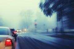 De herfstmist op stadsweg stock afbeelding
