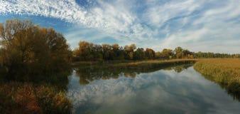 De herfstochtend boven de rivier stock foto's