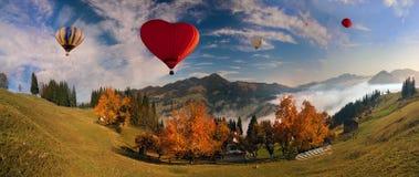 De herfstochtend in de bergen dichtbij het dorp Verhovina Royalty-vrije Stock Afbeeldingen
